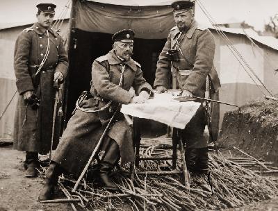 Полк. Бурмов (вдясно), началник-щаб на 3-та Българска армия и генерал Иван Сарафов (в средата)